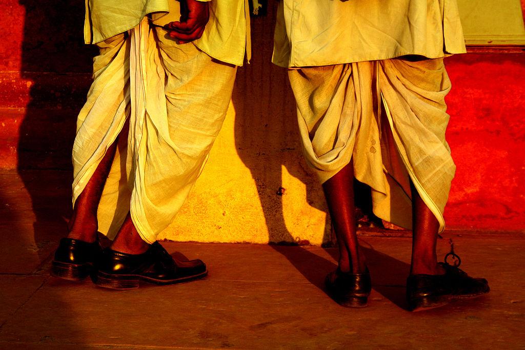 21d580c36e0e3 Le dhoti est une espèce de jupe homme, traditionnelle au Bengale et dans la  vallée du Gange et qui a été adoptée dans une grande partie au Nord de  l Inde.
